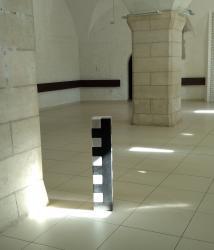Herbert Meusburger: Ohne Titel (Stele), Granit/Marmor (Rüstkammer der Burg Perchtoldsdorf)