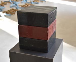 Würfel: O.T., Granit/Roter Marmor, 2020 (Foto: Kapi)