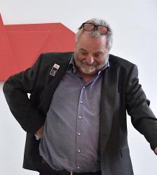 Bildhauer Herbert Meusburger (hier bei seiner Ausstellung 2020 im Kunst || Haus 2226 in Lustenau (© Karlheinz Pichler)