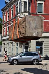 Die Skulptur 'Identität' wird vom Lastwagen gehoben (Foto: Karlheinz Pichler)