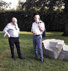 Bildhauer Herbert Meusburger im Gespräch mit Bundespräsident Alexander van der Bellen (© Jörg Meusburger)